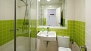 Sevilla Apartamento - Bathroom with washbasin, toilet and shower.