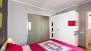 Sevilla Ferienwohnung - Bedroom with double bed, wardrobe and en-suite bathroom.