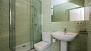 Sevilla Apartamento - En-suite bathroom with shower.