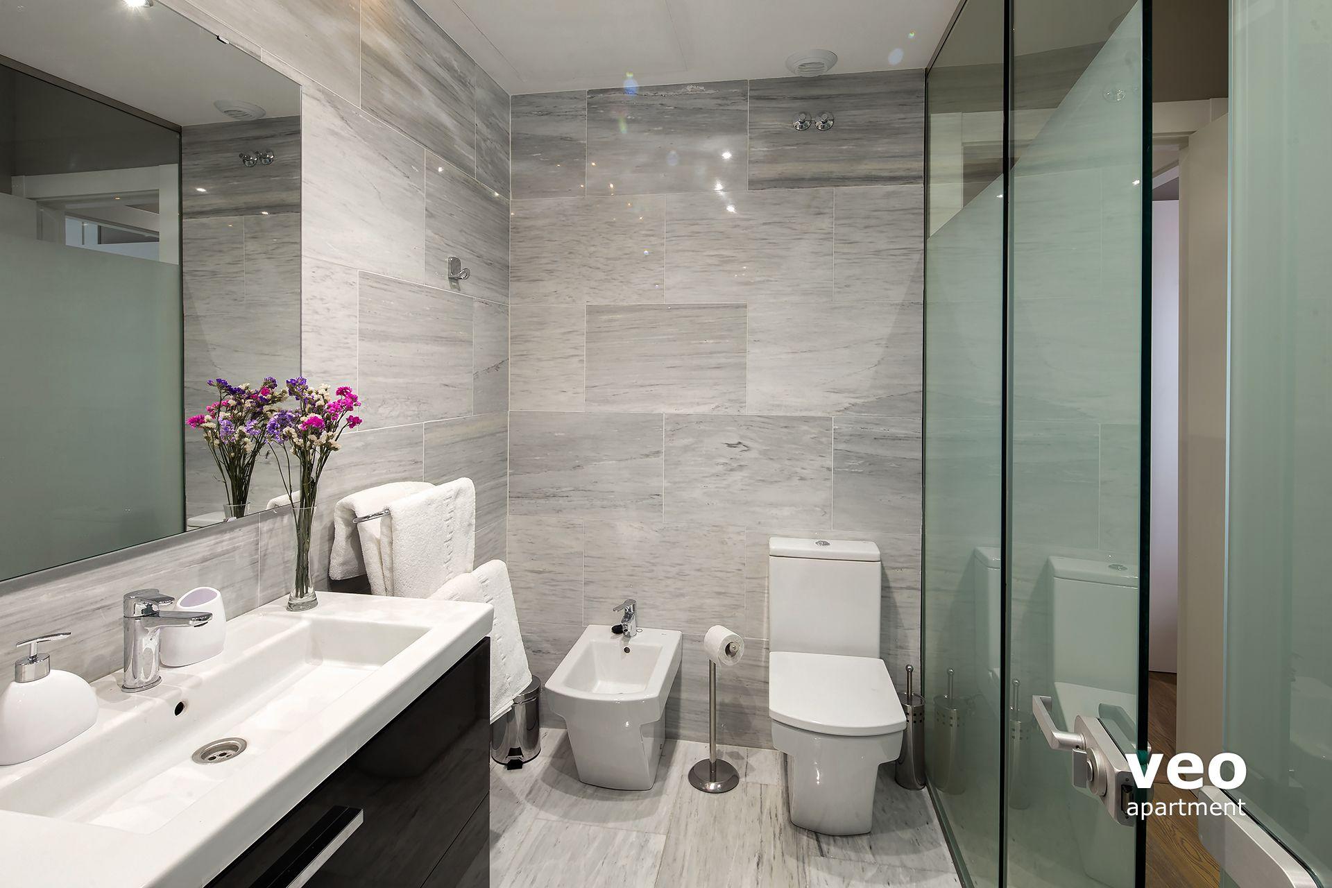 Sevilla Ferienwohnung   En Suite Bathroom With A Walk In Shower, Washbasin,  ...